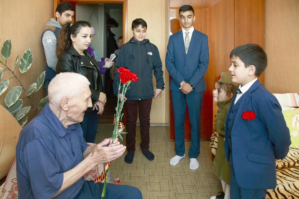 Делегация Н КА Бирлик чествует ветеранов